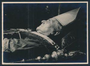 Fotografie Post Mortem, Kardinal zur Trauerfeier aufgebahrt