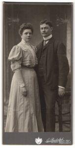 Fotografie E. Rudolph, Hof, Paar wohl gekleidet im Foto-Atelier