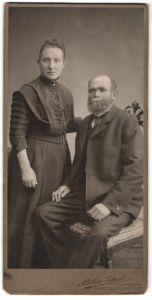Fotografie Atelier Ideal, Hamburg, betagtes Paar wohl gekleidet im Foto-Atelier