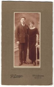 Fotografie G. Dominger, Nancy, Paar wohl gekleidet im Foto-Atelier