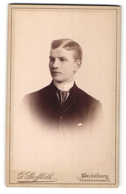 Fotografie G. Stoffleth, Heidelberg, Portrait halbwüchsiger Knabe mit Seitenscheitel