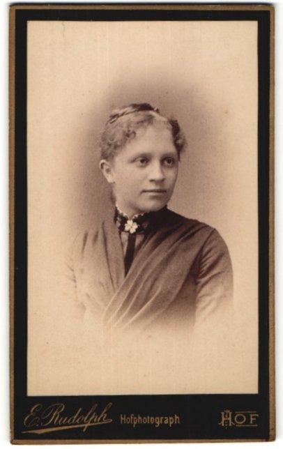 Fotografie E. Rudolph, Hof, Portrait junge Frau mit zusammengebundenem Haar