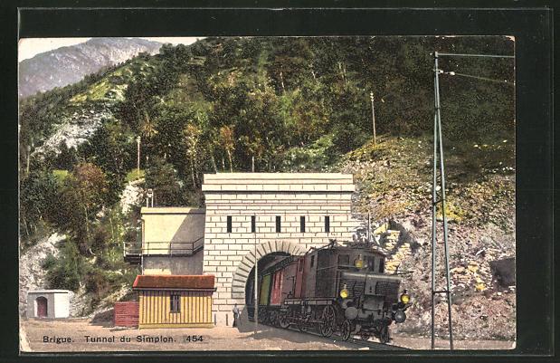 AK Brigue, Lok der schweizer Eisenbahn fährt aus dem Simplon-Tunnel