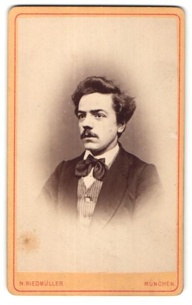 Fotografie N. Riedmüller, München, Portrait Herr mit zeitgenöss. Frisur