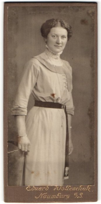 Fotografie Eduard Holleschak, Naumburg a/S, Portrait junge Dame in zeitgenöss. Garderobe