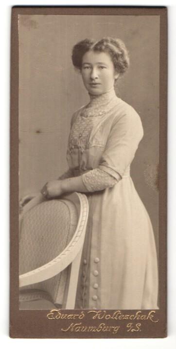 Fotografie Eduard Wolleschak, Naumburg a/S, Portrait junge Dame mit zeitgenöss. Frisur