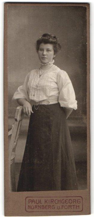 Fotografie Paul Kirchgeorg, Nürnberg, Fürth, Portrait junge Frau in zeitgenöss. Garderobe