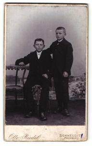 Fotografie Otto Riedel, Schkeuditz, Portrait zwei Knaben in Anzügen