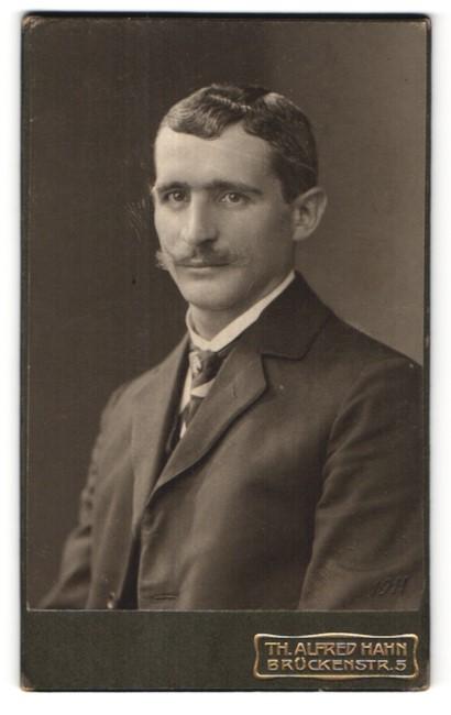 Fotografie Th. Alfred Hahn, Chemnitz, Portrait junger Herr mit zeitgenöss. Frisur