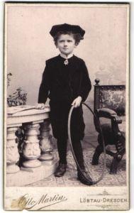 Fotografie Otto Martin, Dresden-Löbtau, Portrait Bub in feierlicher Kleidung mit Holzreifen