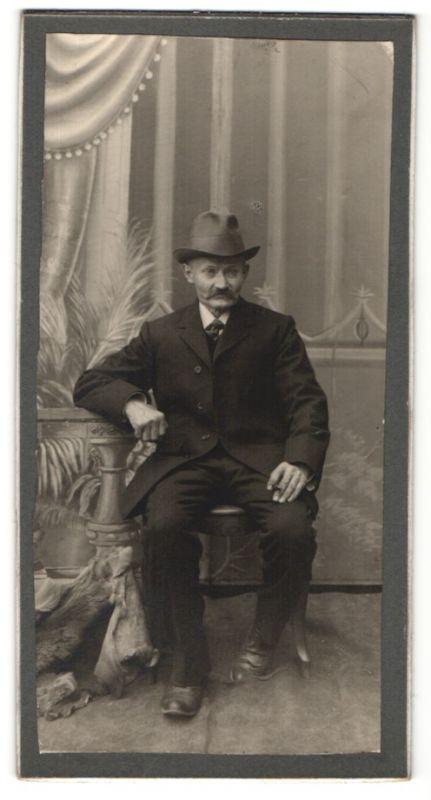 Fotografie unbekannter Fotograf und Ort, Portrait betagter Herr in Anzug mit Hut
