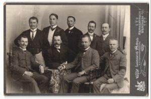 Fotografie Ludwig Holl, Mergentheim, Wertheim a/M, Portrait neun Herren in festlicher Garderobe