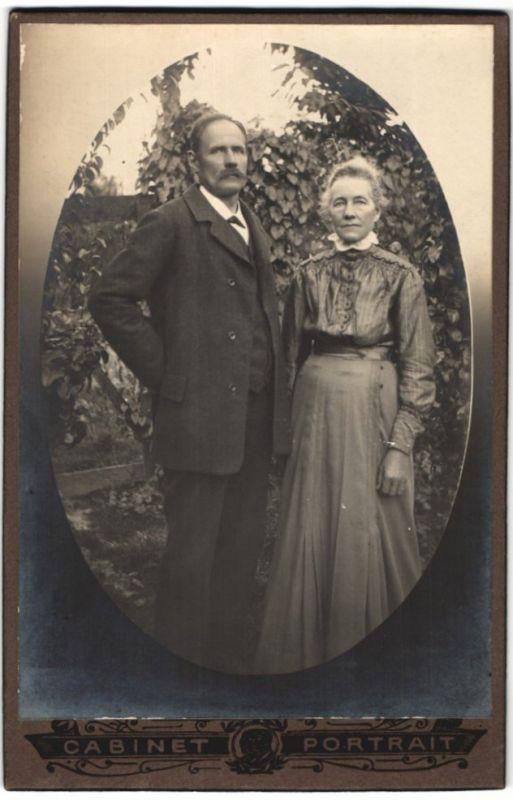 Fotografie unbekannter Fotograf und Ort, Portrait Paar in zeitgenöss. Garderobe im Freien