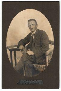 Fotografie Jac. Kiwit, Halle a/S, Portrait junger Mann in Anzug