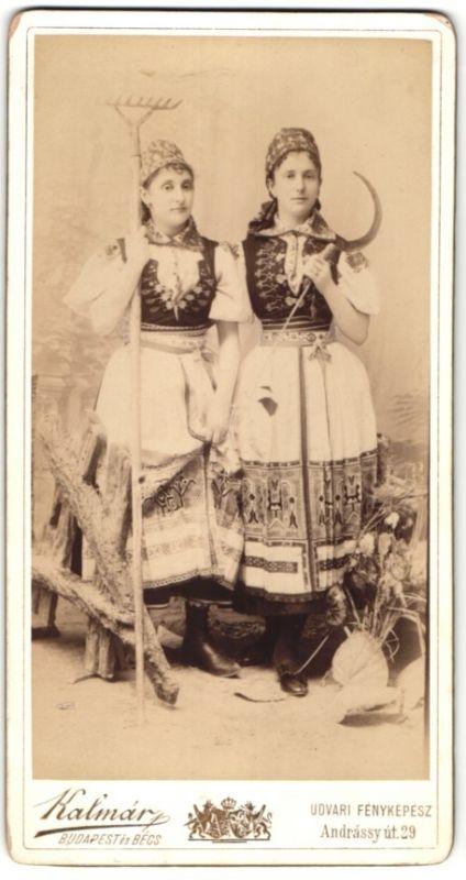 Fotografie Atelier Kalmar, Budapest, Bauernmädchen in Tracht mit Harke und Sichel