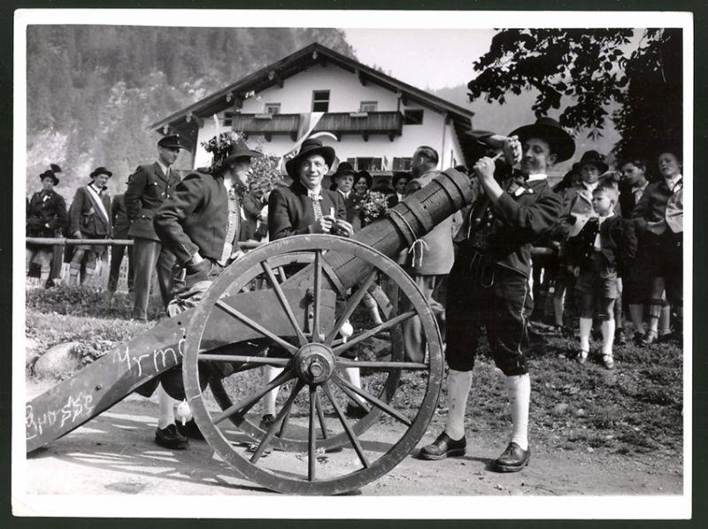 Fotografie Tiroler Trachtenumzug, Mann in Tracht stopft Kanone für einen Salut