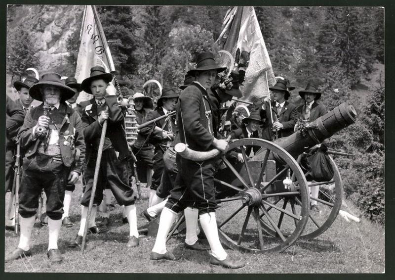 Fotografie Tiroler Trachtenumzug mit Geschütz, Fahnenträger mit Standarte aus der Zeit von Andreas Hofer