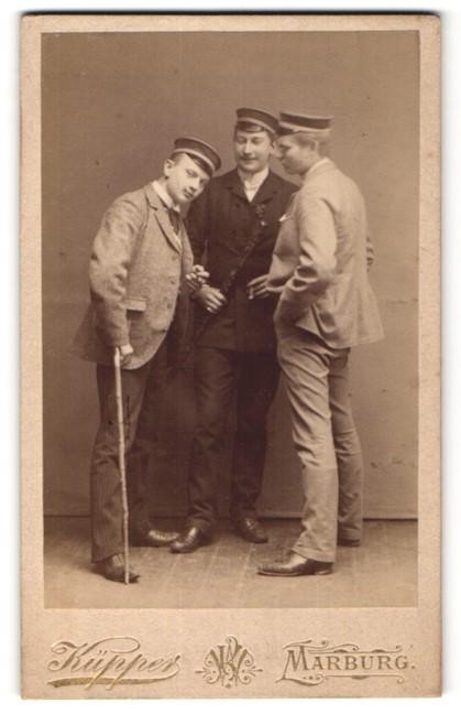 Fotografie Küpper, Marburg /Lahn, Portrait drei Studenten mit Korpsmützen
