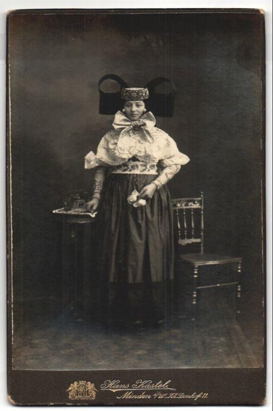 Fotografie Hans Kastel, Minden i/W, Portrait junge Frau in Tracht