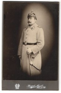 Fotografie Joseph Mail, Bünde i/W, Portrait Soldat in Uniformmantel mit Pickelhaube, Regiment 26