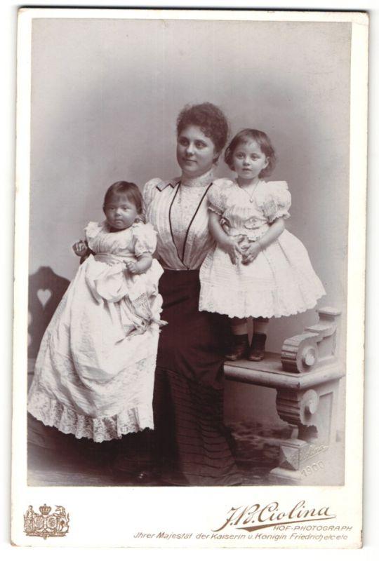 Fotografie J. B. Ciolina, Frankfurt a/M, Mannheim, Portrait Mutter mit zwei Töchtern in zeitgenöss. Kleidung