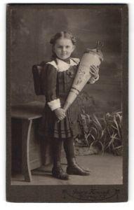 Fotografie Georg Koczyk, Coswig i/S, Portrait Schulmädchen mit Zuckertüte