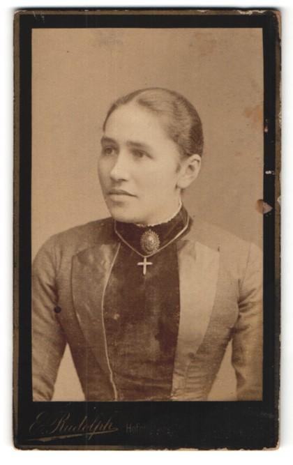 Fotografie E. Rudolph, Hof, Junge Bürgerliche im hochgeschlossenen Kleid