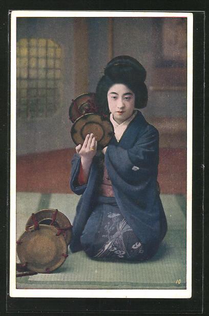 AK junge Geisha sitzt mit Instrumenten auf dem Boden