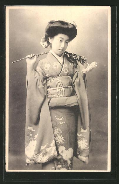 AK Japanische Dame in Kimono mit Blume, Geisha