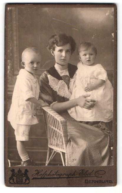 Fotografie Hofphotograph Ebel, Bernburg, Mutter mit ihren zwei Kindern