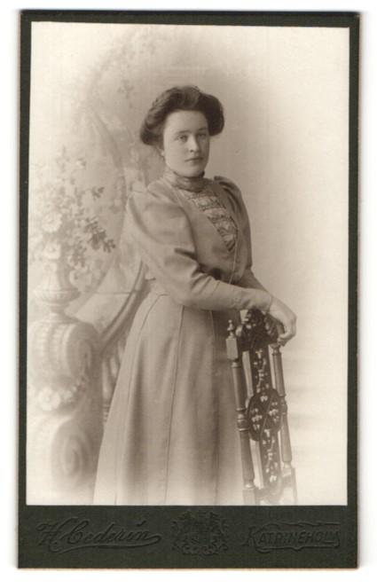 Fotografie H. Cederin, Katrineholm, Portrait Bürgerliche in elegantem Kleid