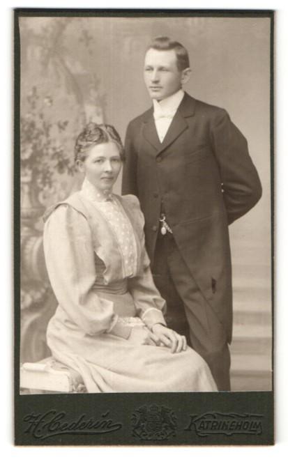 Fotografie H. Cederin, Katrineholm, Junges gutbürgerliches Paar
