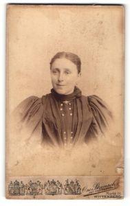 Fotografie Oscar Strensch, Wittenberg, Portrait Frau im schwarzen Kleid