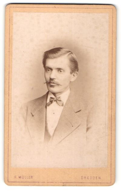 Fotografie R. Müller, Dresden, Portrait Mann mit zeitgenöss. Frisur