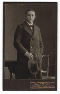 Fotografie Karl Mäckel, Burgstädt i/Sa, Portrait junger Mann in Mantel mit Spazierstock und Hut