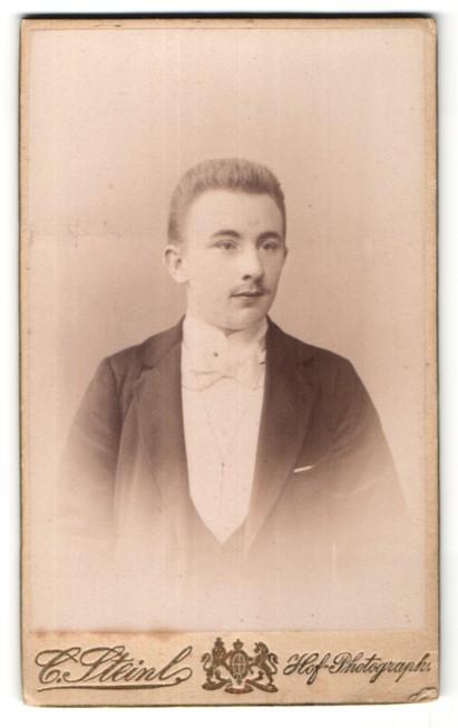 Fotografie C. Stein, Potsdam, Portrait junger Mann mit Bürstenhaarschnitt