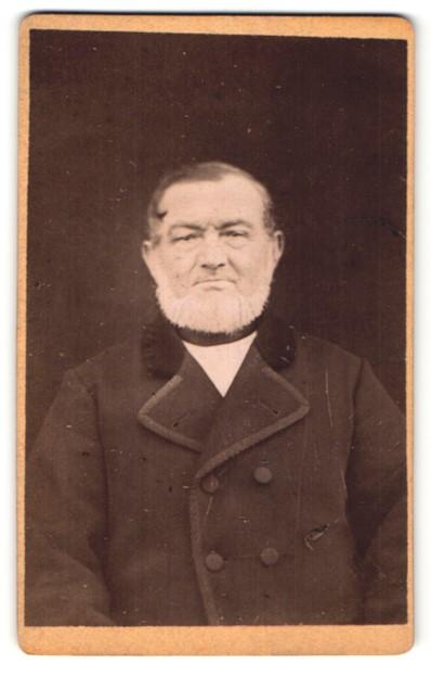 Fotografie unbekannter Fotograf und Ort, Portrait betagter Herr mit Kinnbart