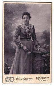 Fotografie Max Seifert, Freiberg i. S., Portrait Bürgerliche im Kleid mit Spitzenkragen
