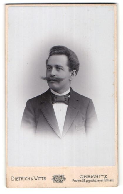 Fotografie Dietrich & Witte, Chemnitz, Herr im Anzug mit Schnurrbart