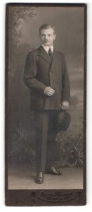 Fotografie Georg Koczyk, Coswig i. S., Junger Herr im Zweireiher mit Hut