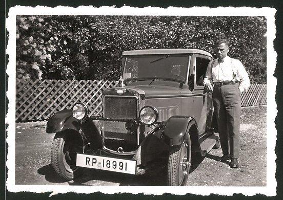 Fotografie Auto Hanomag, Reichspost Kfz-Kennzeichen RP-18991, Fahrer lehnt am PKW
