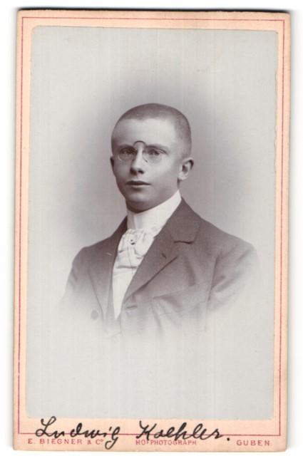 Fotografie E. Biegner & Co., Guben, Portrait halbwüchsiger Knabe mit Zwicker
