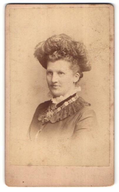 Fotografie Teich Hanfstaengl, Dresden, Portrait Frau mit zeitgenöss. Kopfschmuck