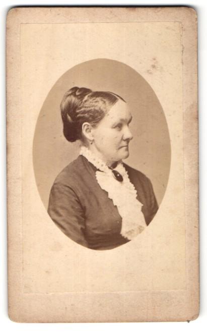 Fotografie W. Berndt, Dresden, Profilportrait Dame mit zeitgenöss. Frisur