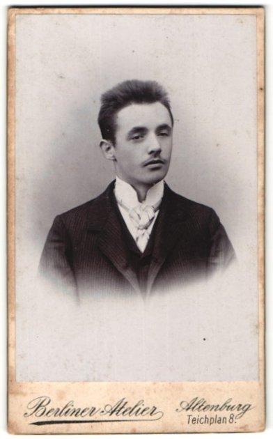 Fotografie Berliner Atelier, Altenburg, Portrait junger Mann in Anzug