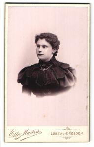 Fotografie Otto Martin, Löbtau-Dresden, Portrait Fräulein in festlicher Garderobe