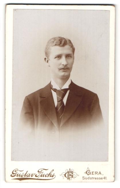 Fotografie Gustav Fuchs, Gera, Portrait junger Herr mit zeitgenöss. Frisur