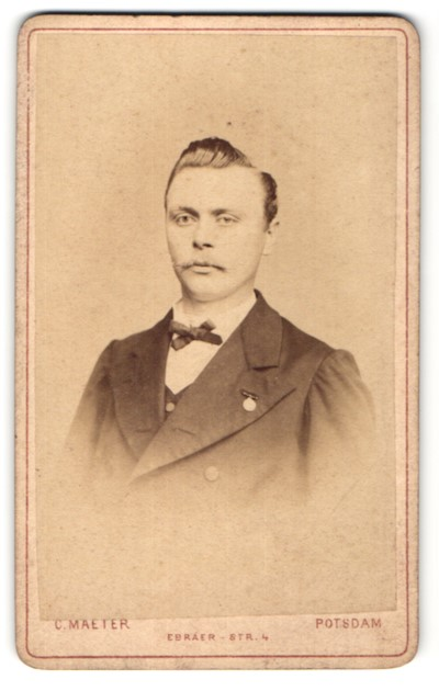 Fotografie C. Maeter, Potsdam, Portrait junger Mann mit zurückgekämmtem Haar