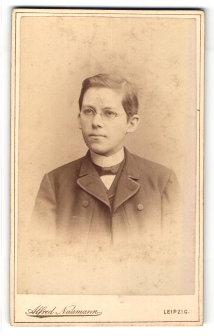 Fotografie Alfred Naumann, Leipzig, Portrait Knabe in Anzug mit Brille