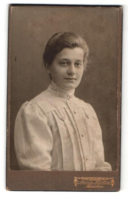 Fotografie Marie Müller, Breslau, Portrait Fräulein mit zusammengebundenem Haar